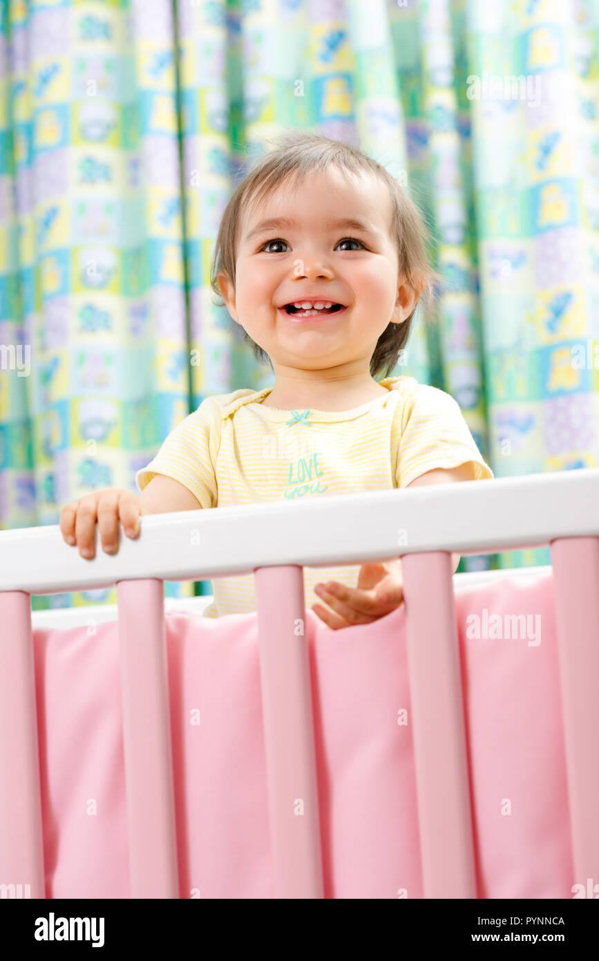 1 ans dans un berceau bébé fille Photo Stock