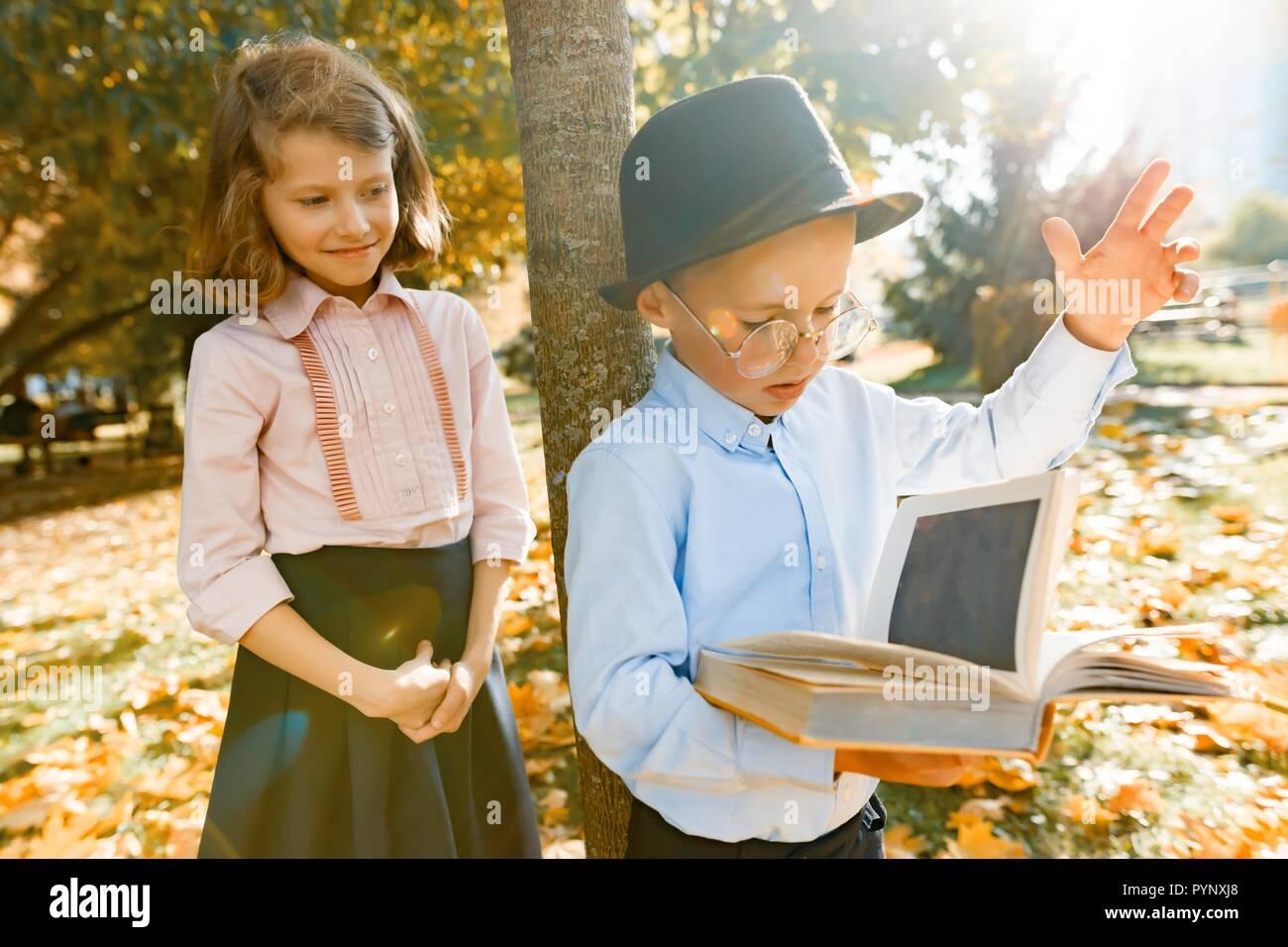 Petit Garcon 6 7 Ans Avec Chapeau Lunettes Lire Un Livre