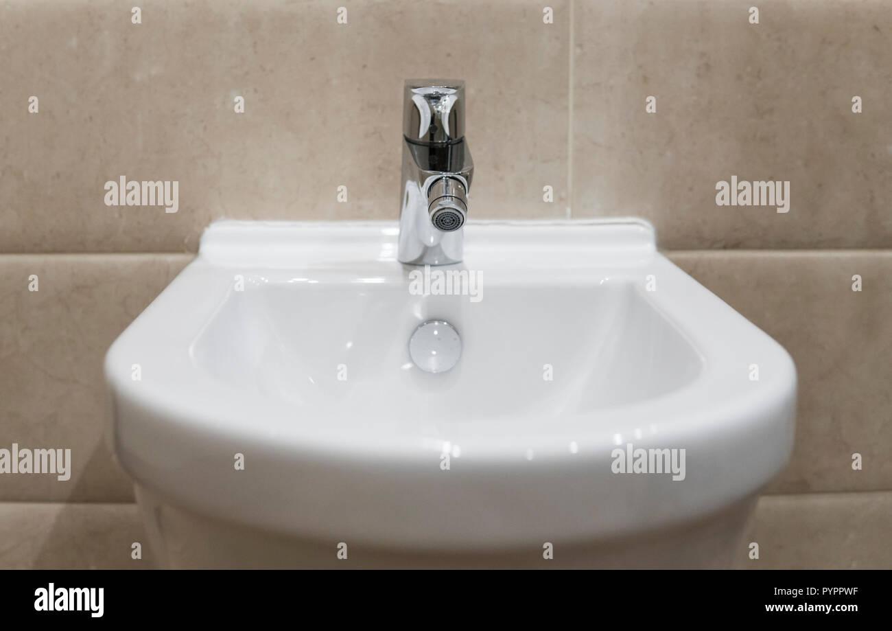 Bidet en céramique blanche dans une salle de bains moderne. wc ...