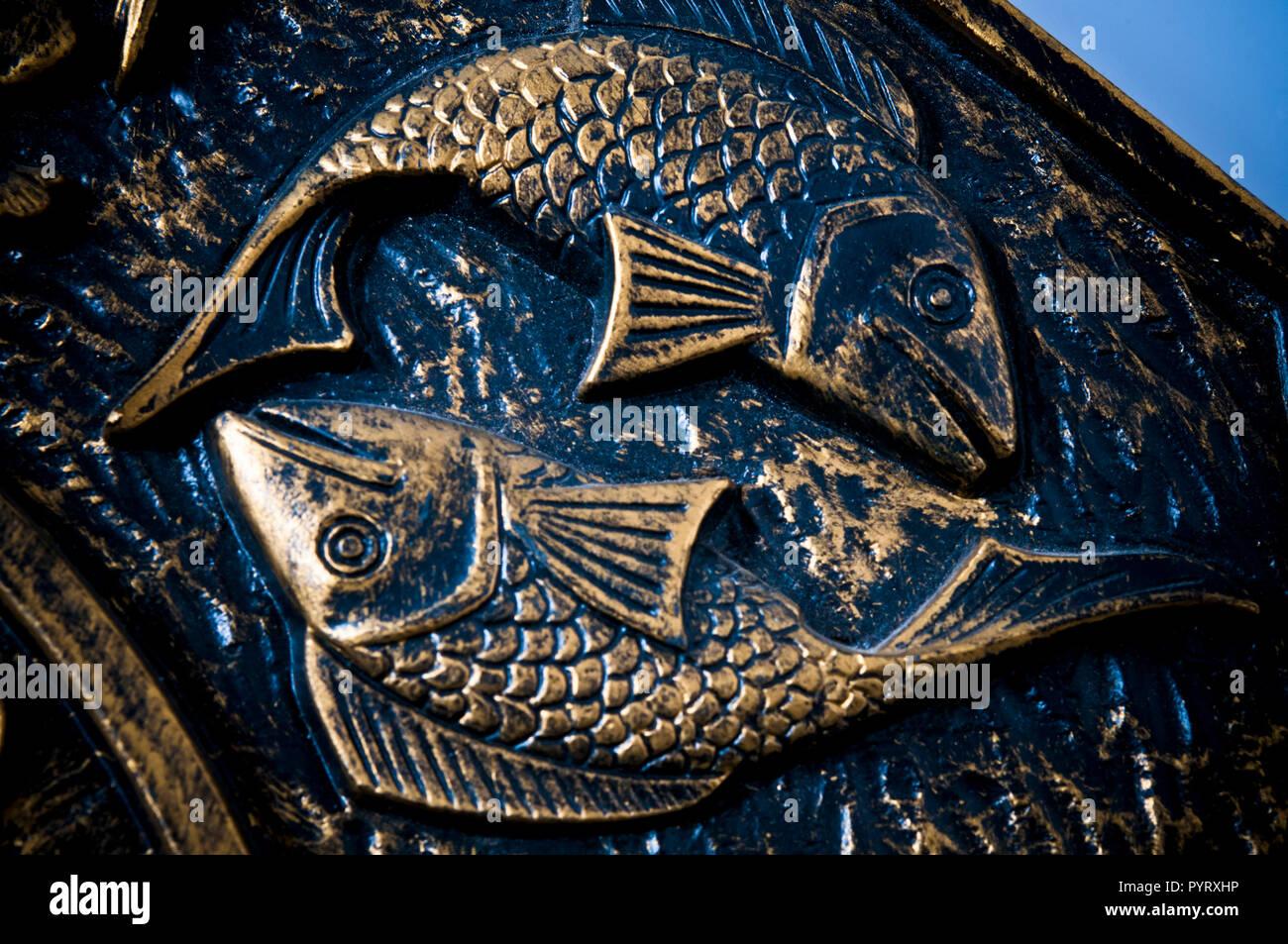 Détail de représentation artistique du signe astrologique des poissons à partir d'une plaque d'antiquités Photo Stock