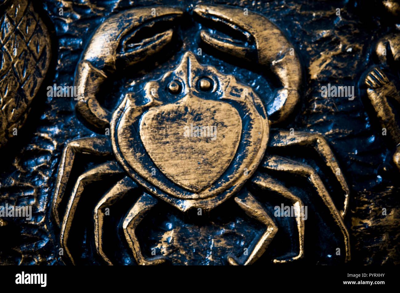 Détail de représentation artistique du signe astrologique du Cancer à partir d'une plaque d'antiquités Photo Stock