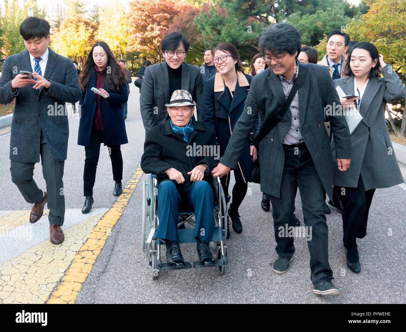 Séoul, Corée du Sud. 30Th Oct, 2018. Lee, Chun-Sik Oct 30, 2018: Lee Chun-Sik (C, 94), une victime du travail forcé pendant la colonisation japonaise de la Corée à partir de 1910-45, quitte la Cour suprême de Corée du Sud à Séoul, Corée du Sud, après que la Cour suprême a confirmé une décision de 2013 sur les actions en dommages et intérêts déposée par quatre victimes de la Corée du Sud du Japon. La Cour suprême a ordonné le Japon Nippon Steel & Sumitomo Metal Corp. (le NSSM) de verser à chaque victime 100 millions de wons (87 720 dollars) à titre d'indemnisation, les médias locaux ont rapporté. Qu'une des quatre victimes qui ont commencé le procès en 2005 reste en vie. C Photo Stock
