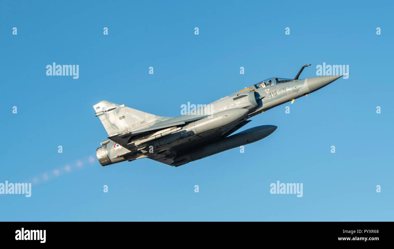 Une armée de l'air Mirage 2000 avion décolle sur Bodo, Norvège Le 26 octobre 2018 au cours de l'Exercice TRIDENT STADE 2018. Image by: le Caporal Bryan Carter, d'images de l'Escadre 4 CK04-2018-0922-063 Photo Stock