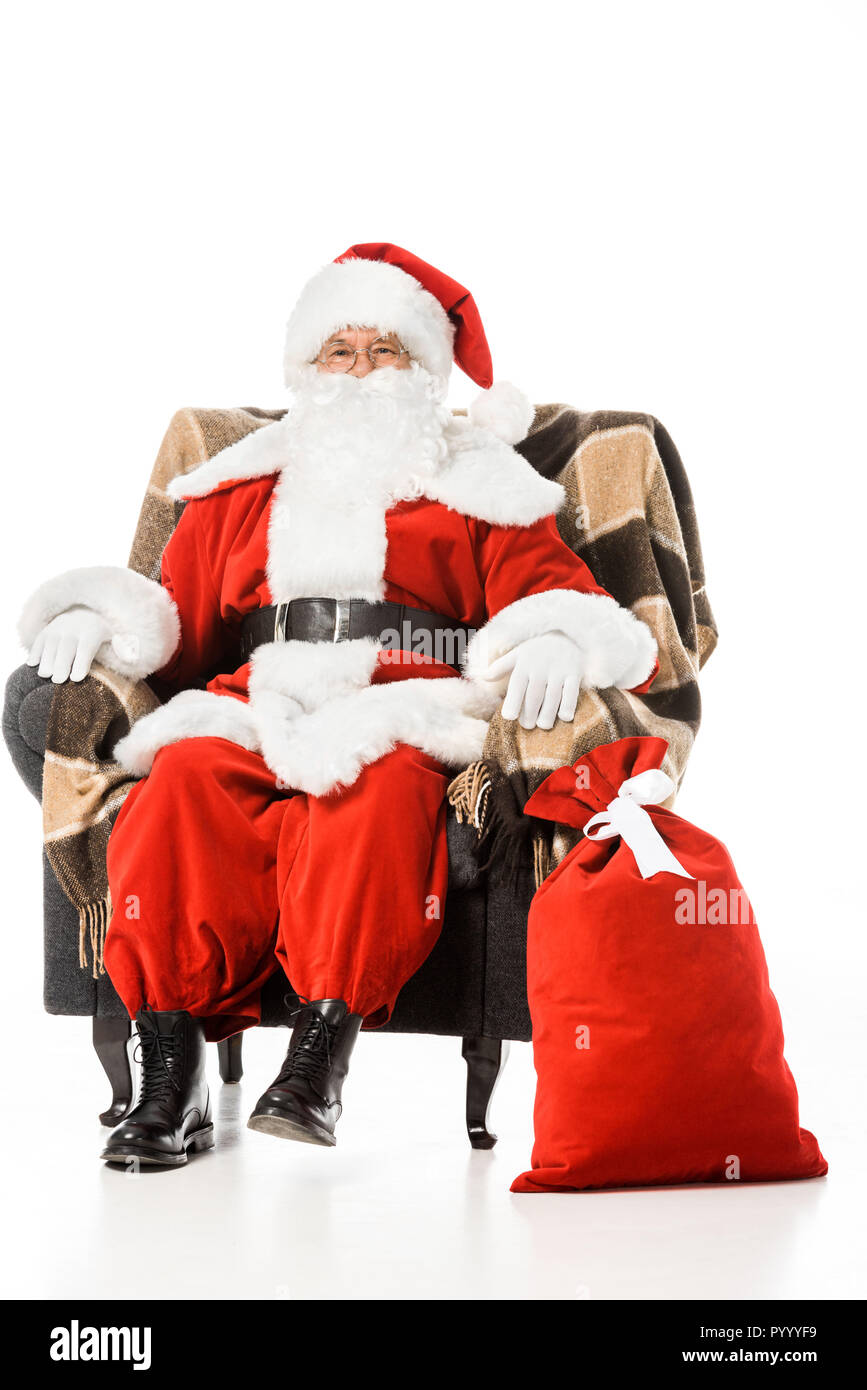 Pere Noel Assis Père Noël assis dans un fauteuil et looking at camera isolated on