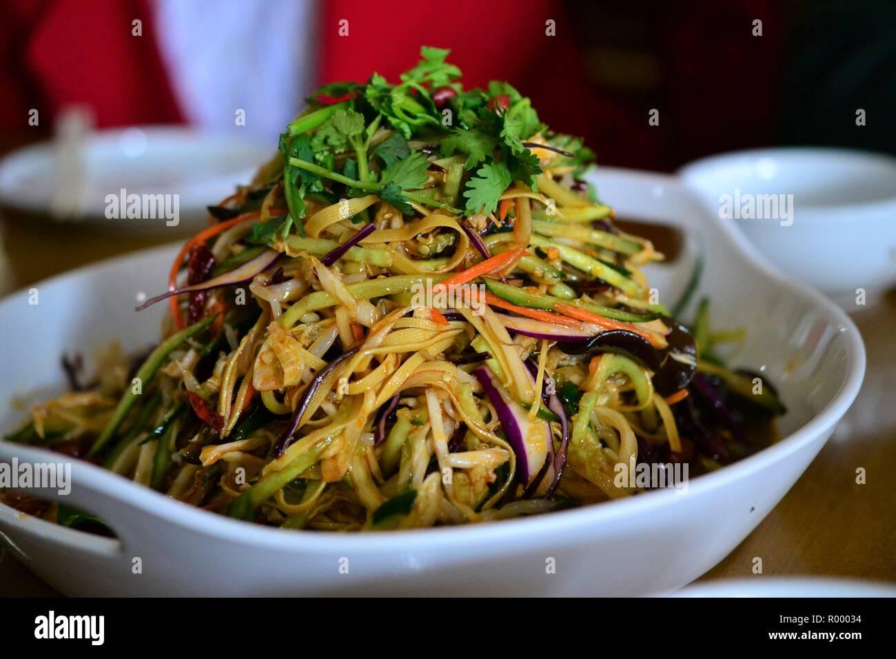 Salade soja style Chinois avec rayures et les nouilles, cuisine ...