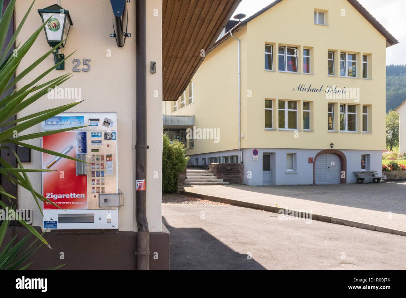 Distributeur automatique de cigarettes à côté d'une école primaire, Oberried, Allemagne, Europe Banque D'Images