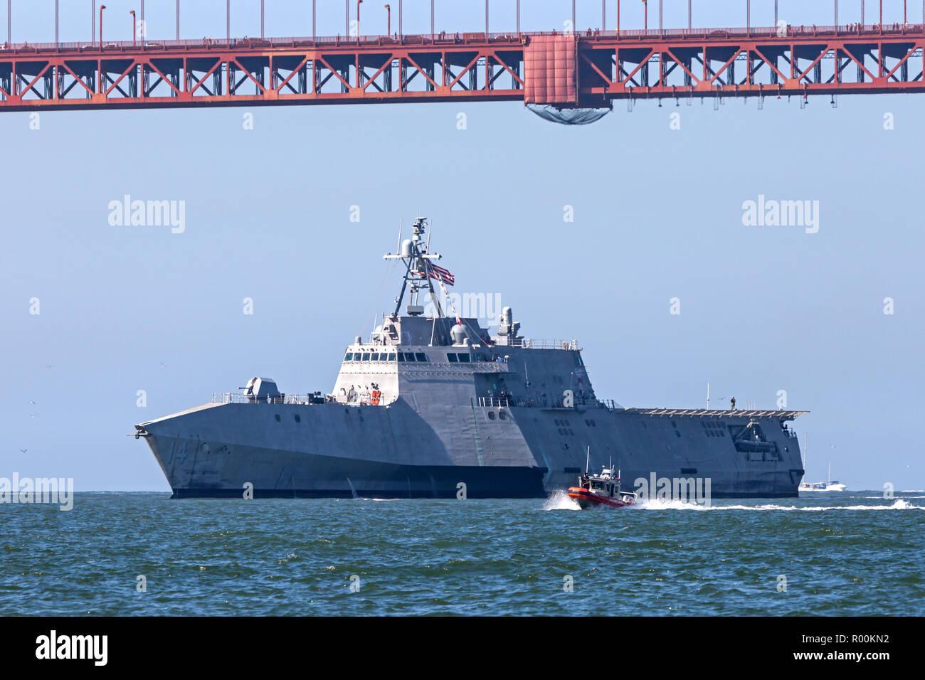 Le littoral lutte contre le USS Manchester est escorté dans la baie de San Francisco par un garde-côte de l'équipe de la TDDSM. Photo Stock