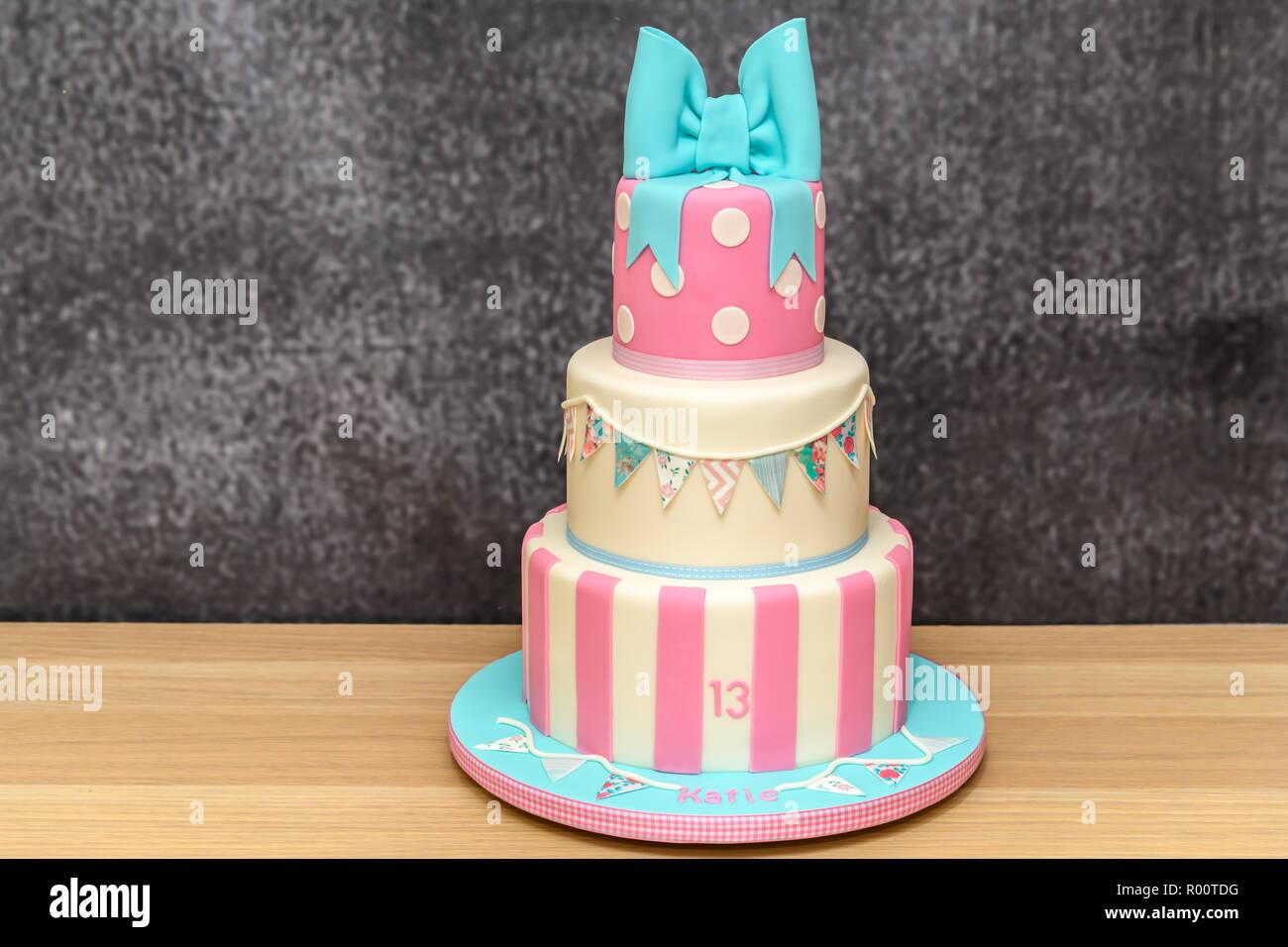 Gâteau d'anniversaire de la nouveauté fait maison Photo Stock