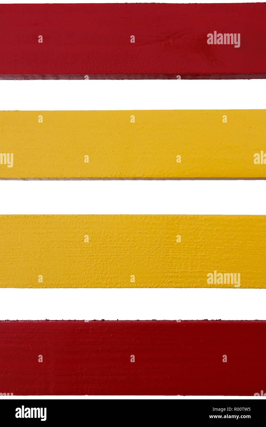 Quatre planches de bois parallèles peintes en rouge et jaune sur fond blanc Photo Stock