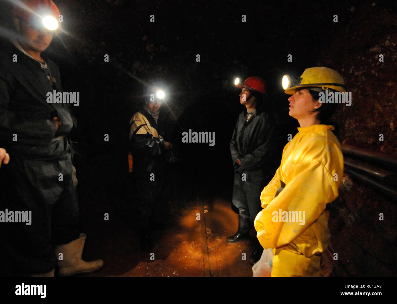 27 février 2010 - Potosi, Bolivie Argentine: touristes se rendant sur le Cerro Rico de Potosi, dont les mines d'argent financé l'empire espagnol sans profiter à la population bolivienne locale. Visite des mines de Potosi, l'une des activités touristiques de la ville. Des mineurs boliviens y travaillent encore et les touristes croisent parfois des mineurs dans les couloirs de 31100. *** FRANCE / PAS DE VENTES DE MÉDIAS FRANÇAIS *** Photo Stock