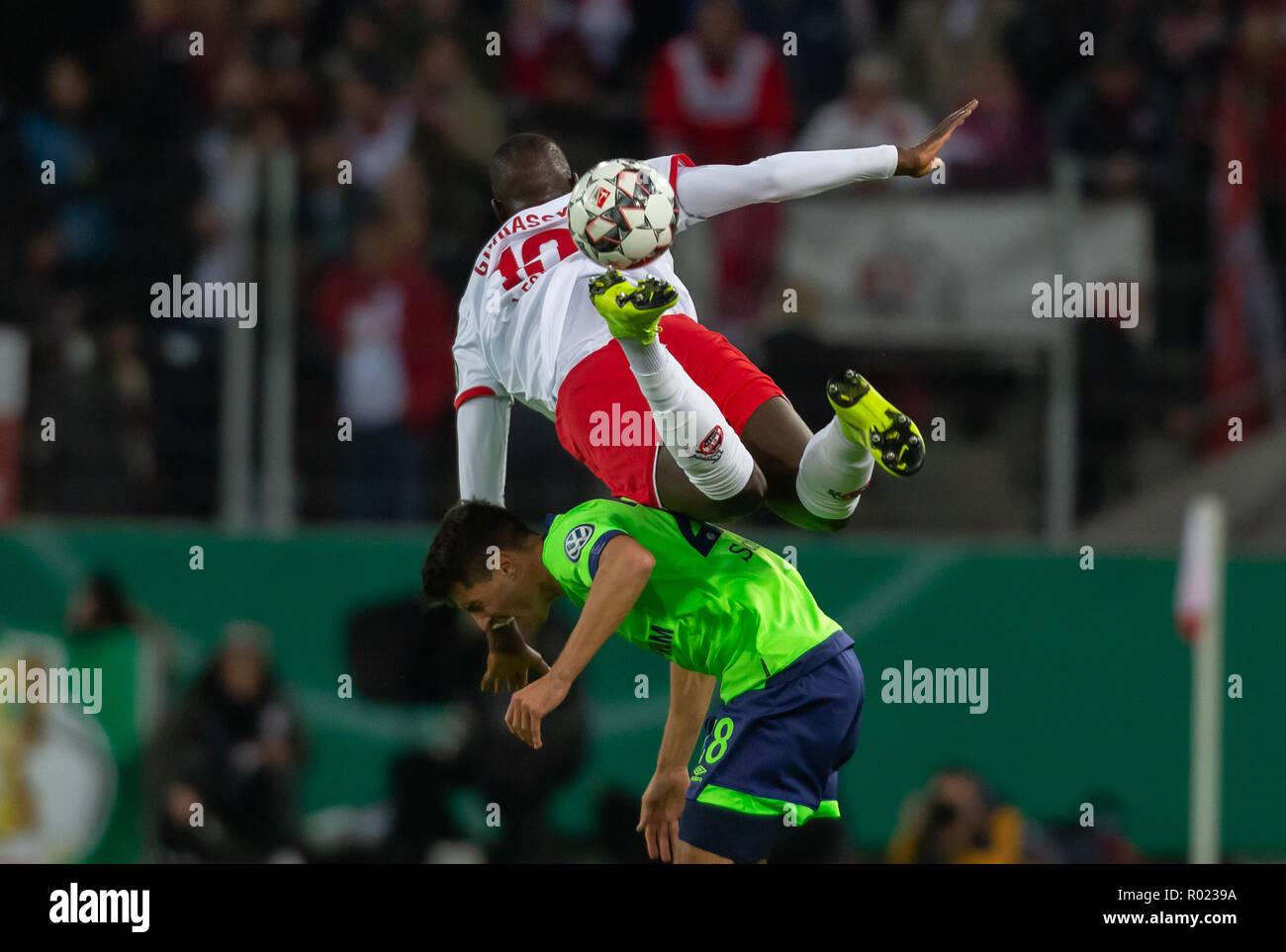 Cologne, Allemagne 31 octobre 2018, la DFB Pokal, FC Koeln - FC Schalke 04: Sehrou Guirassy (Koeln), Alessandro Andre Schoepf (S04) en compétition. Credit: Juergen Schwarz/Alamy Live News DFB RÈGLEMENT INTERDIT TOUTE UTILISATION DES PHOTOGRAPHIES COMME DES SÉQUENCES D'IMAGES ET/OU QUASI-vidéo: Juergen Schwarz/Alamy Live News Banque D'Images