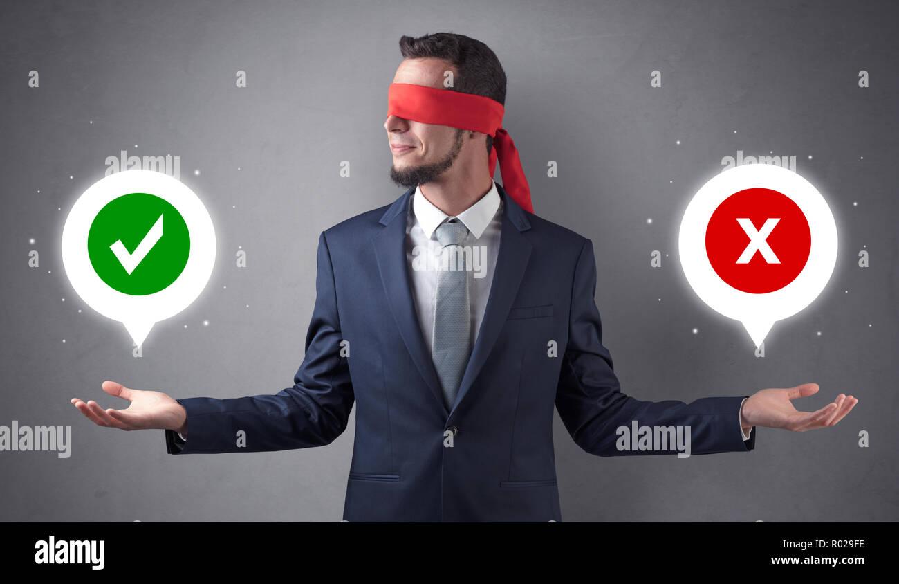 Homme d'affaires avec les yeux bandés et vérifié x marque au-dessus de la main Photo Stock