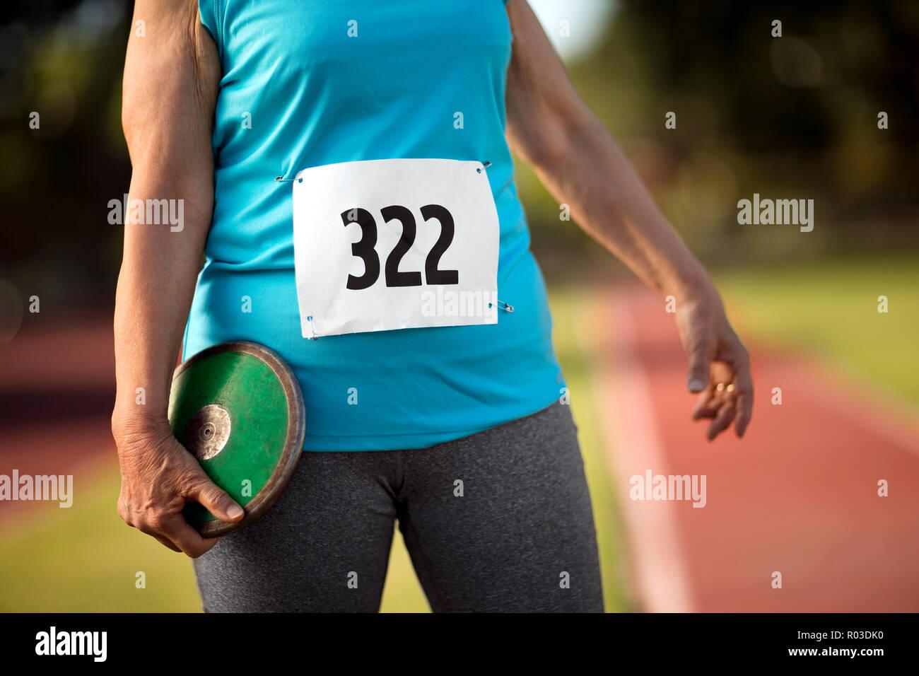 Femme tenant une discussion sur une piste d'athlétisme. Photo Stock