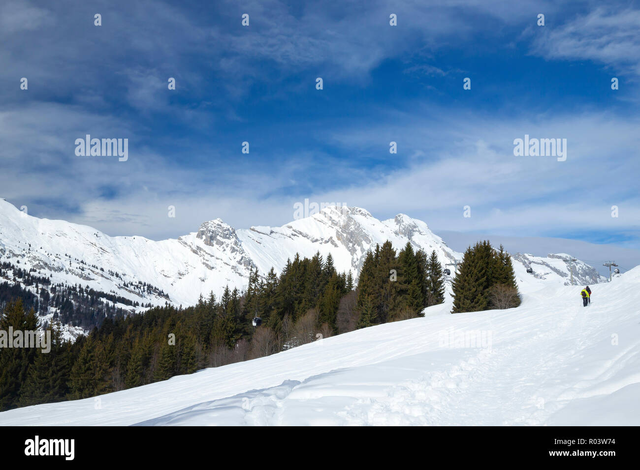 Couple snowshoeing du Grand-Bornand, Haute-Savoie, France, Photo Stock