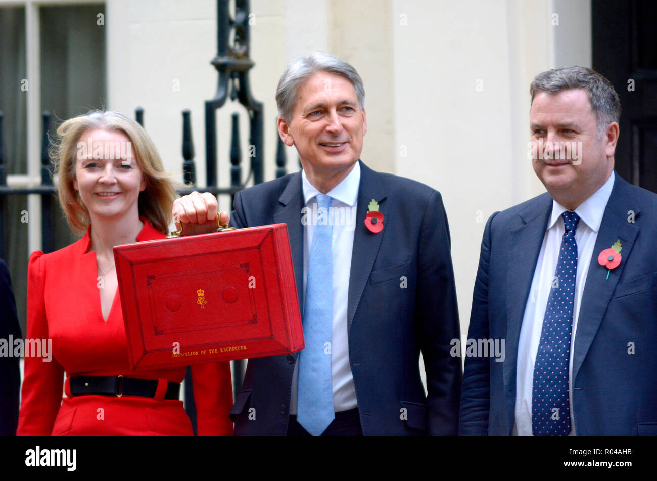 Philip Hammond MP, Chancelier de l'Échiquier, avec Liz Truss, député, et Mel Stride MP, quitter Downing street avant de livrer son budget, le 29 octobe Photo Stock