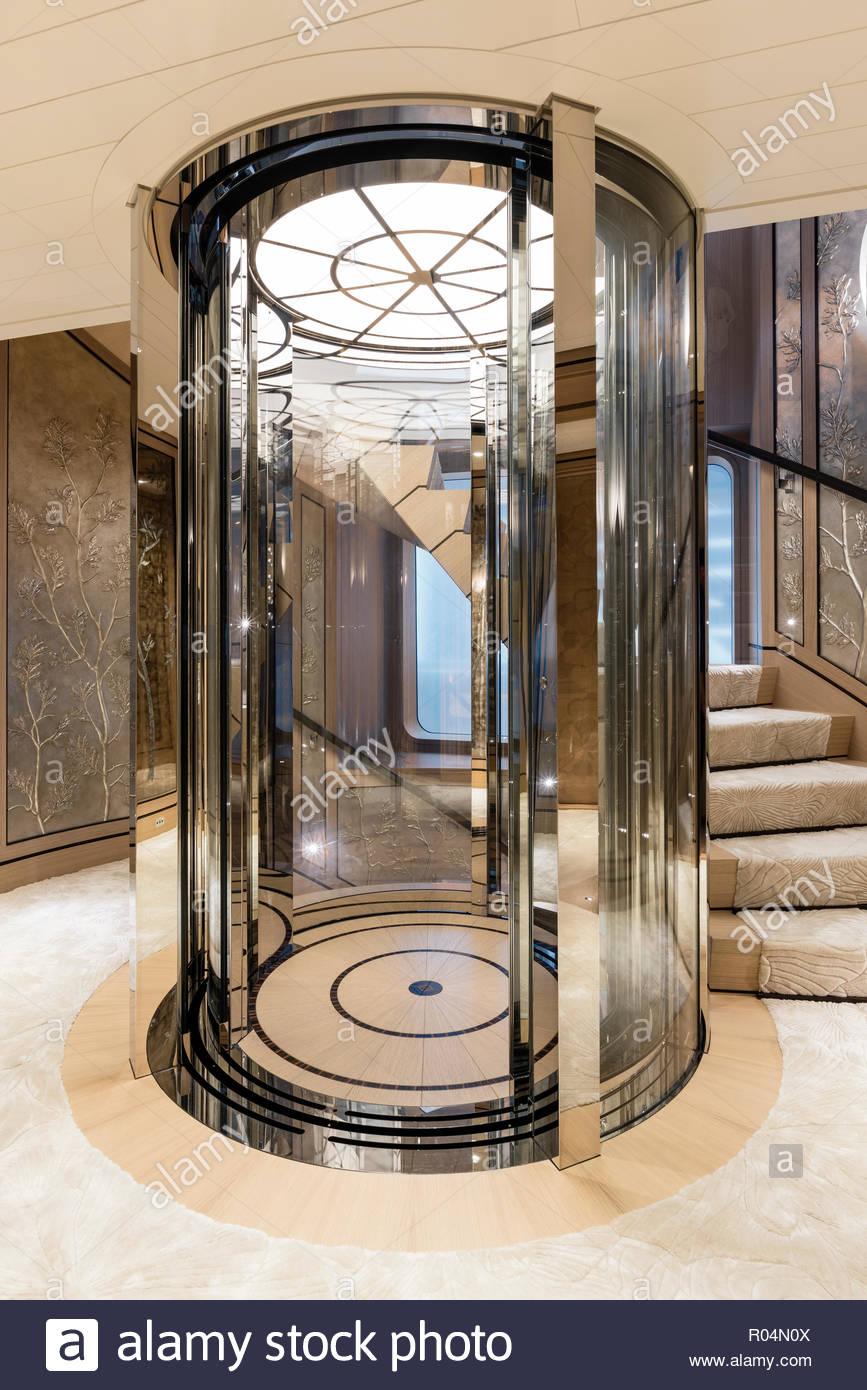 Un ascenseur en verre à bord de la joie Photo Stock