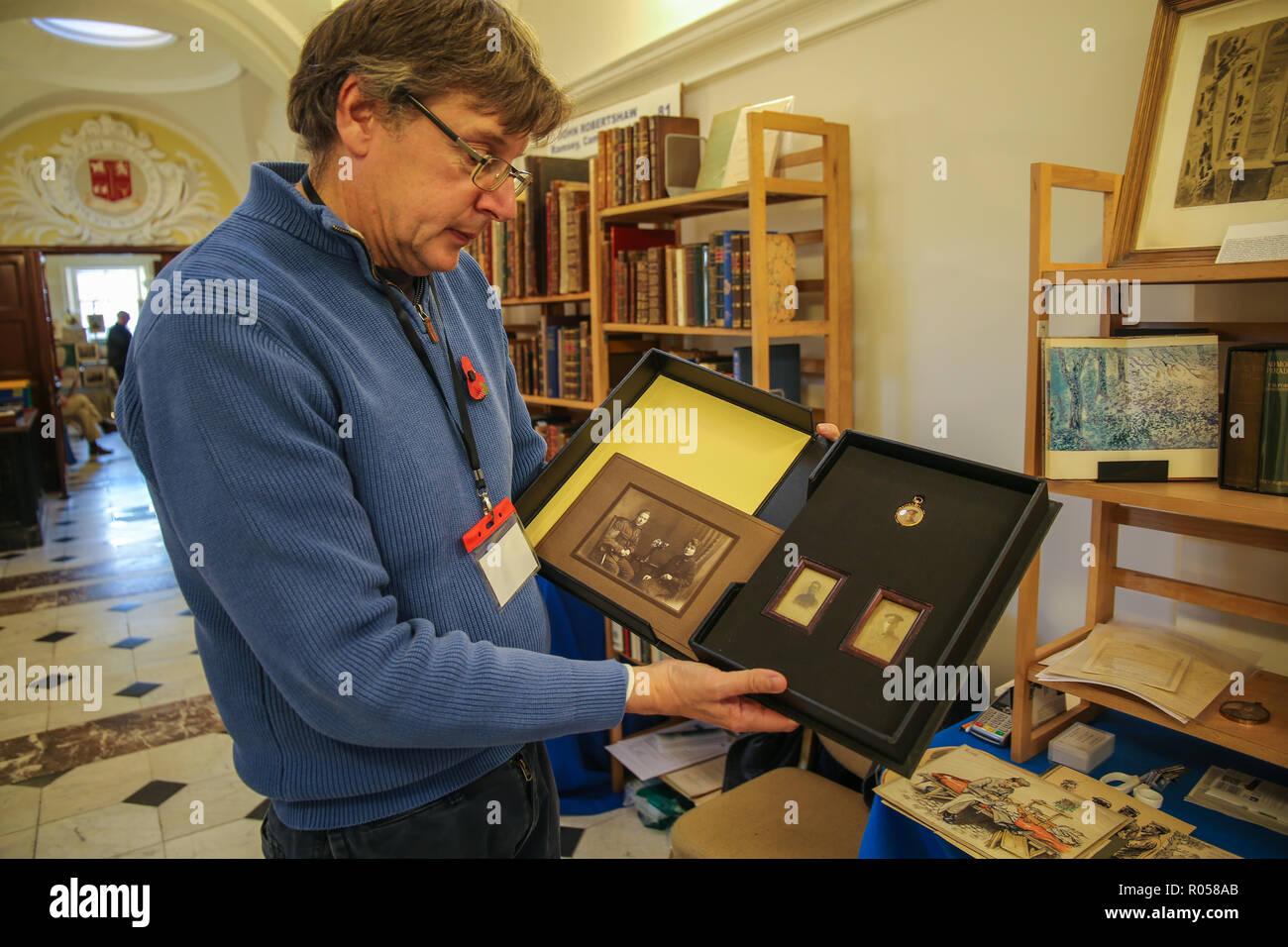 London UK 02 novembre 2018 l'ABA (Antiquarian Book Association) Chelsea Foire du livre rare au Chelsea Old Town Hall pour la 28ème édition avec plus de 80 exposants spécialisés dans tous les types de livres, manuscrits, cartes, gravures, et des documents éphémères, avec de fantastiques offres comme la seconde guerre mondiale, l'une privée agissant au plus tard le sergent Walter Keeble signé part le premier jour de la Somme lettre autographe signée; deux pages sur l'Hôpital général de Northampton note de tête papier, datée du 12 juillet 1916. Avec des photographies de Keeble et sa femme Quezada-Neiman @Paul/Alamy Live News Banque D'Images