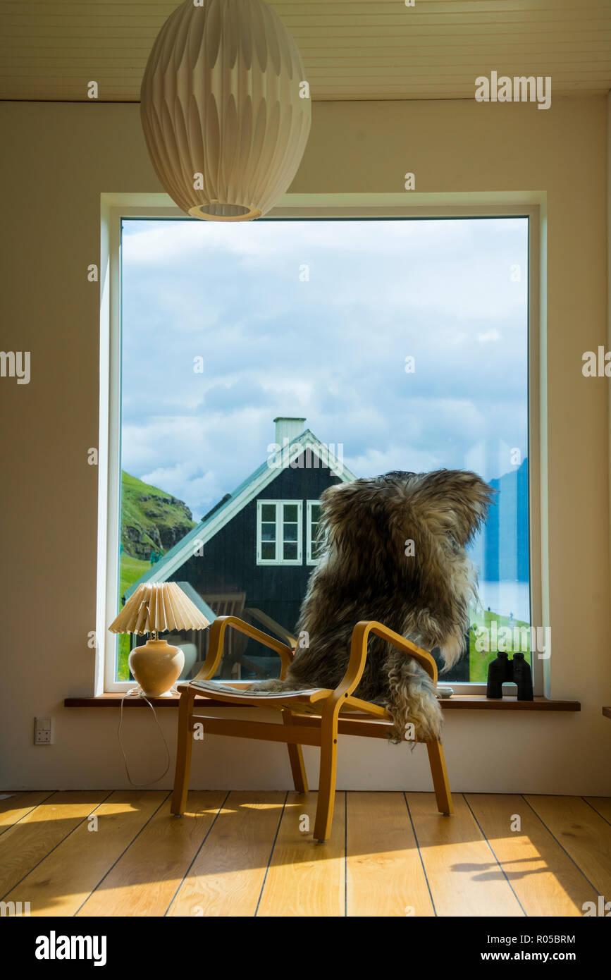 Peluche sur une chaise dans une maison typique, mais confortables et disposent, Eysturoy island, îles Féroé, Danemark Photo Stock