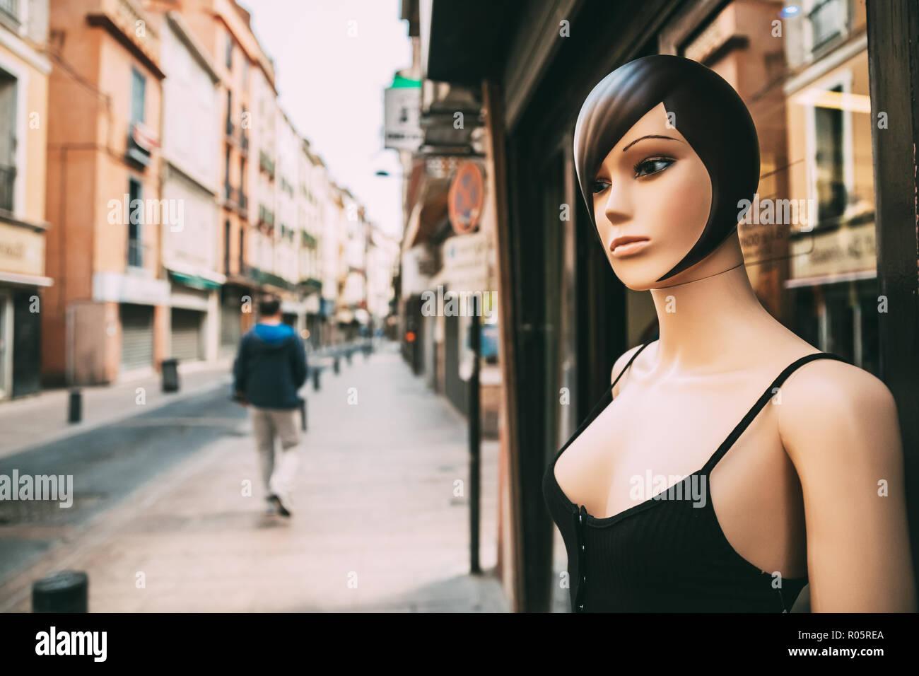 Female Mannequin vêtu de vêtements casual femme debout près de boutique sur la rue ville européenne. Photo Stock
