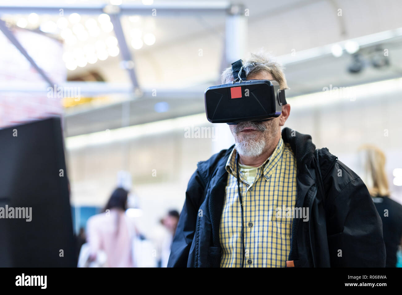 Hauts homme portant des lunettes de réalité virtuelle à regarder la réalité  virtuelle présentation. Photo 9351f721eaa9