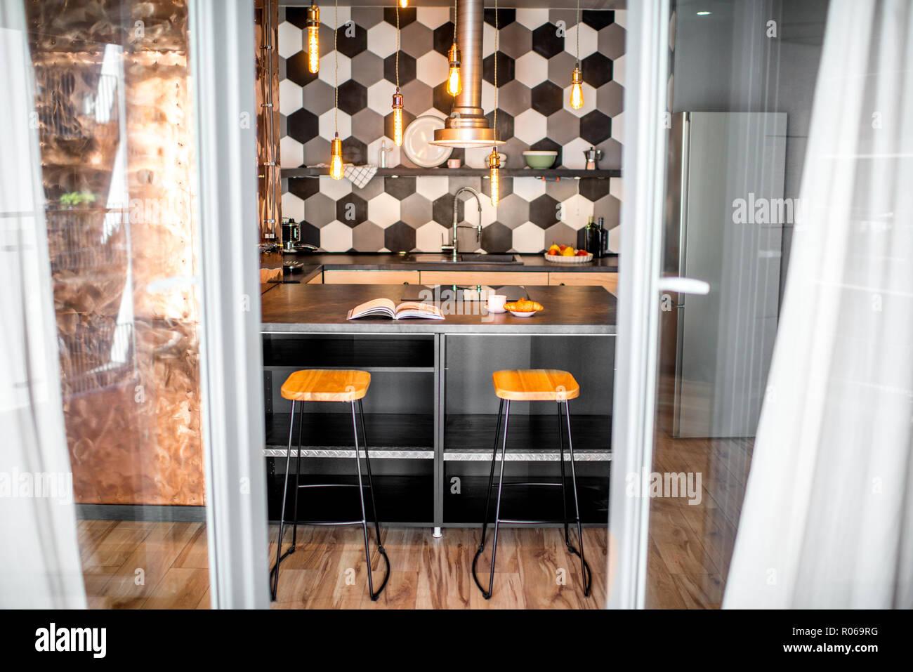 Cuisine Intérieur Loft Hexagonal Avec Carrelage Noir Et Blanc Et Mur De  Cuivre