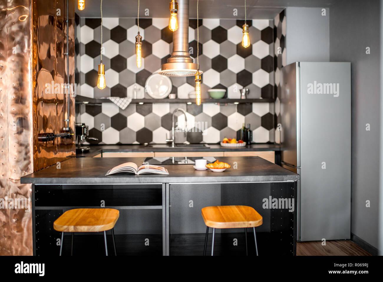 Cuisine intérieur loft hexagonal avec carrelage noir et blanc et mur ...