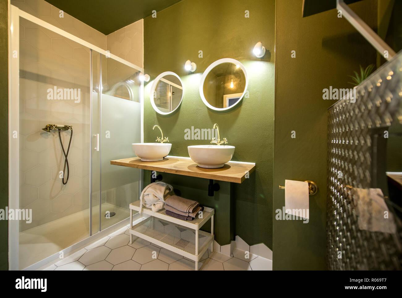 Salle de bains loft moderne dans des tons verts et blancs avec des ...