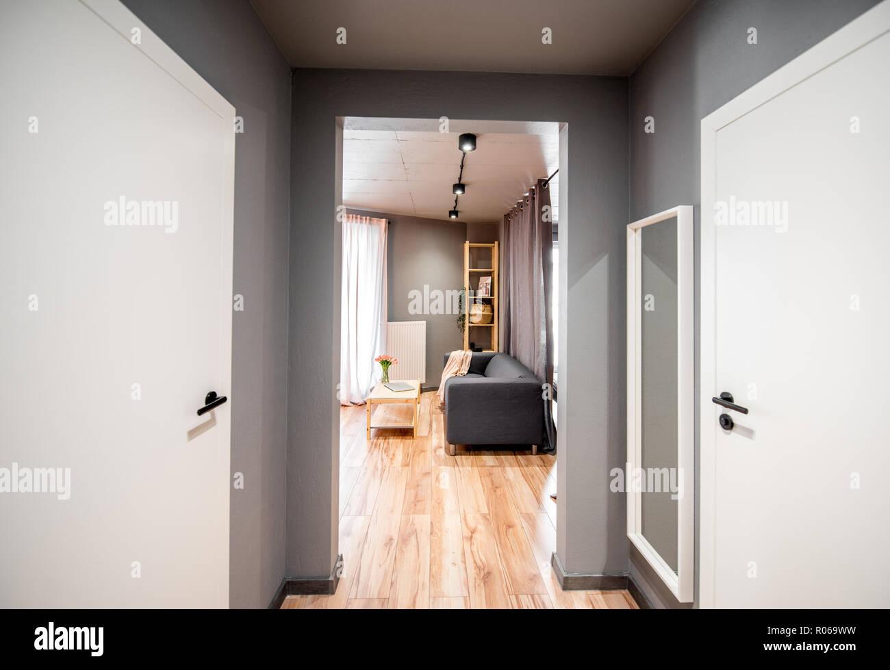 Vue intérieure sur le salon à travers le couloir fait en ...