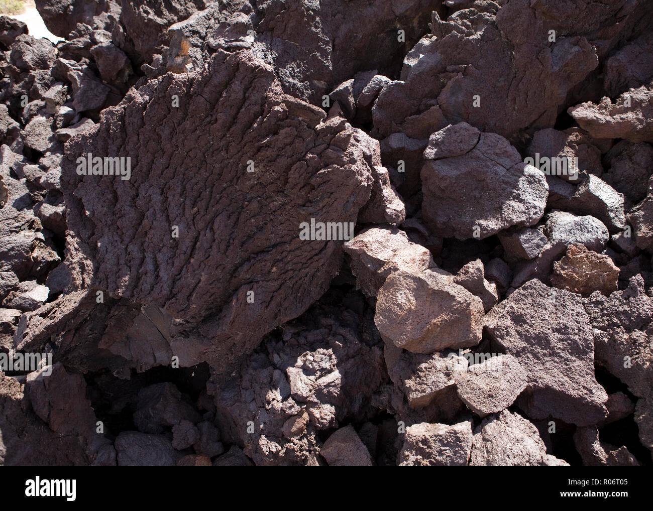 Que suis- je N° 2 et où - 7 février  Bravo Martine Roche-volcanique-ignees-pierre-de-lave-california-usa-r06t05