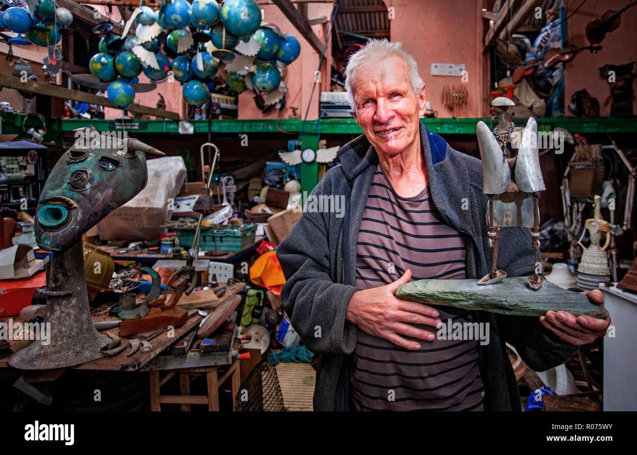 David Kemp, artiste, sur sa falaise studio à Cornwall Banque D'Images