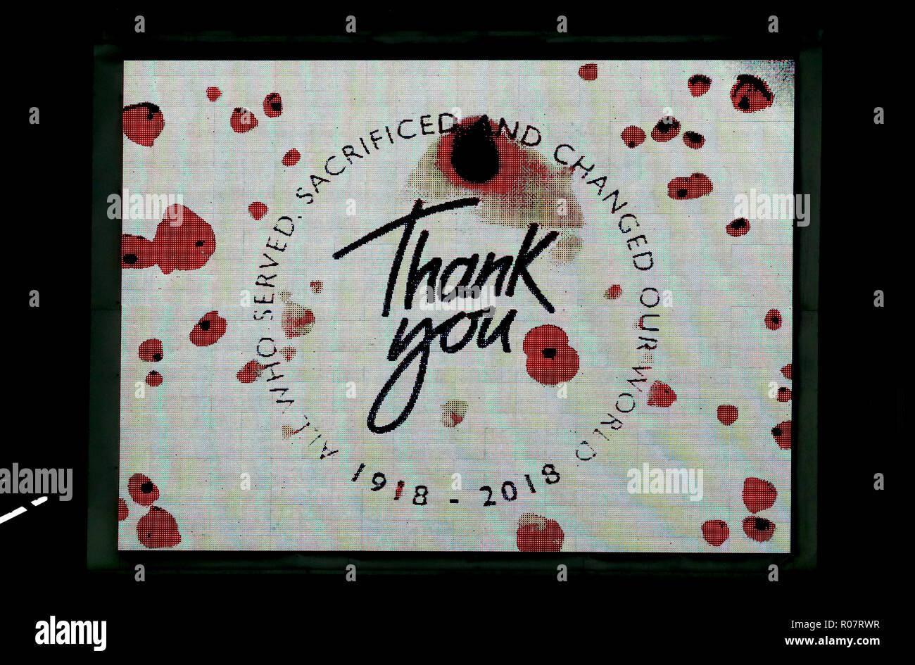 L'écran LED a un coquelicot appel message de remerciement à la mémoire des victimes de la Première Guerre mondiale au cours de la Sky Bet Championship match à Villa Park, Birmingham. Photo Stock