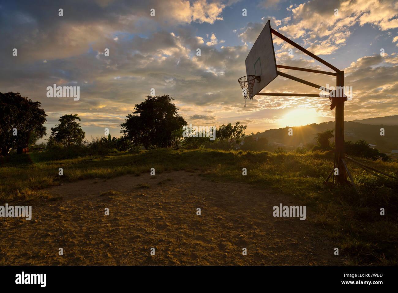 Un terrain de basket-ball dans les rocheuses crépuscule une simple scène de la vie rurale Photo Stock