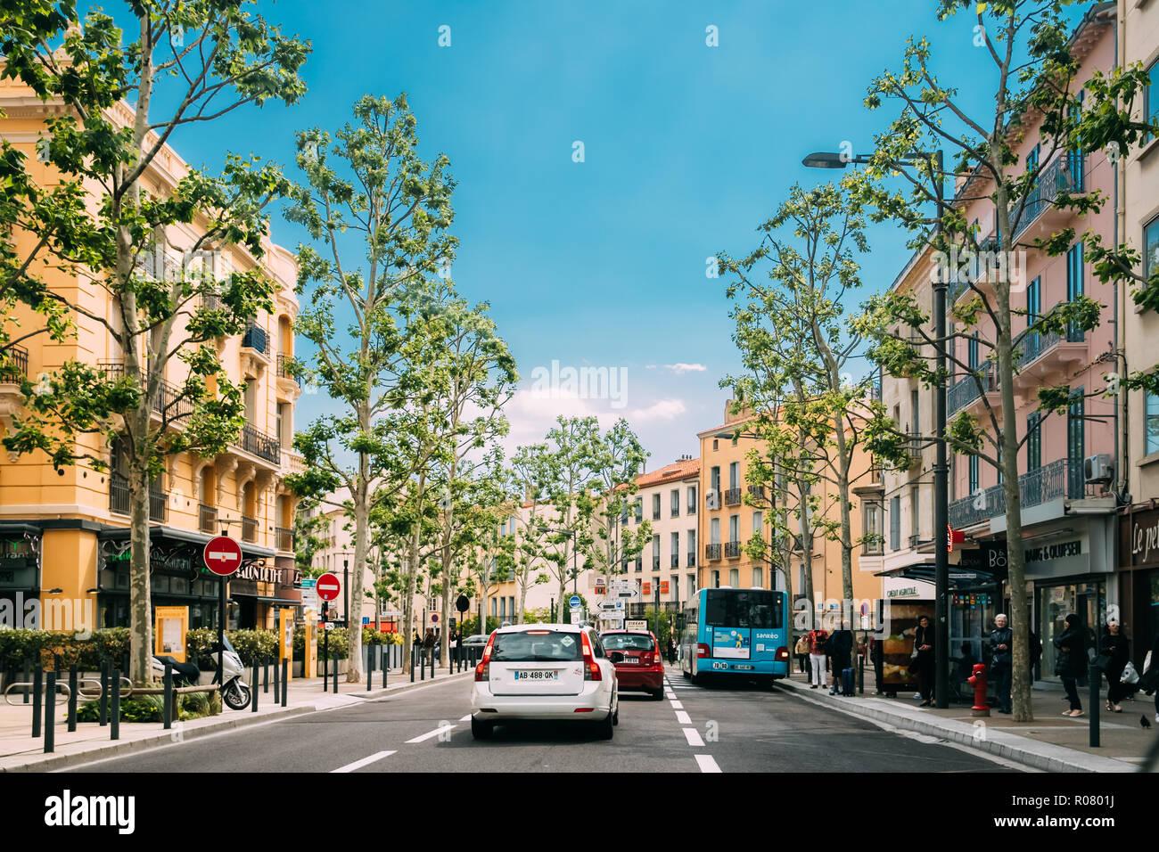 Perpignan, France - 16 mai 2018: la circulation à proximité Arrêt de bus sur la Place Jean Payra dans jour de printemps Ensoleillé Photo Stock