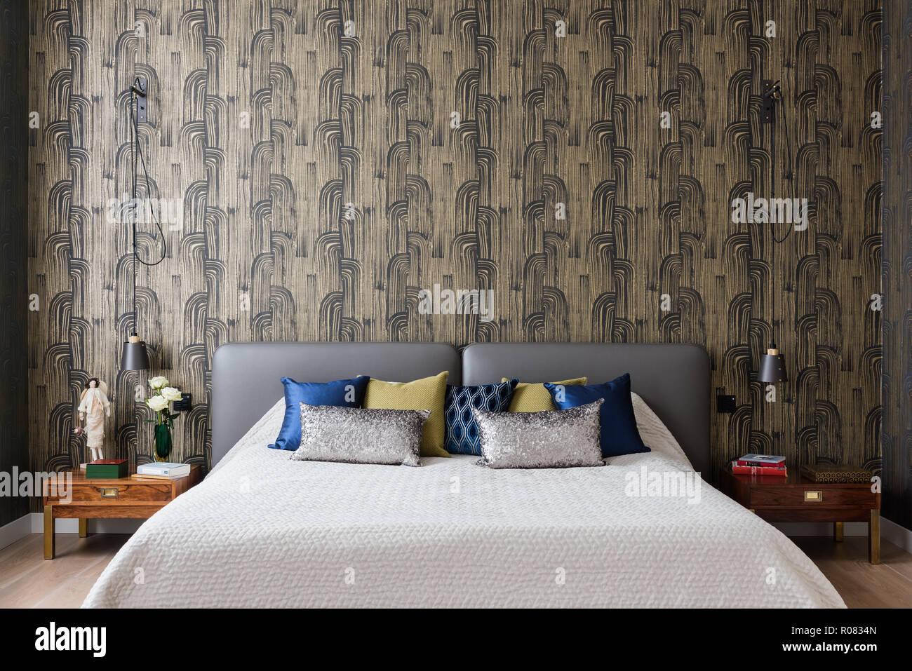 Chambre à coucher moderne avec du papier peint à motifs ...