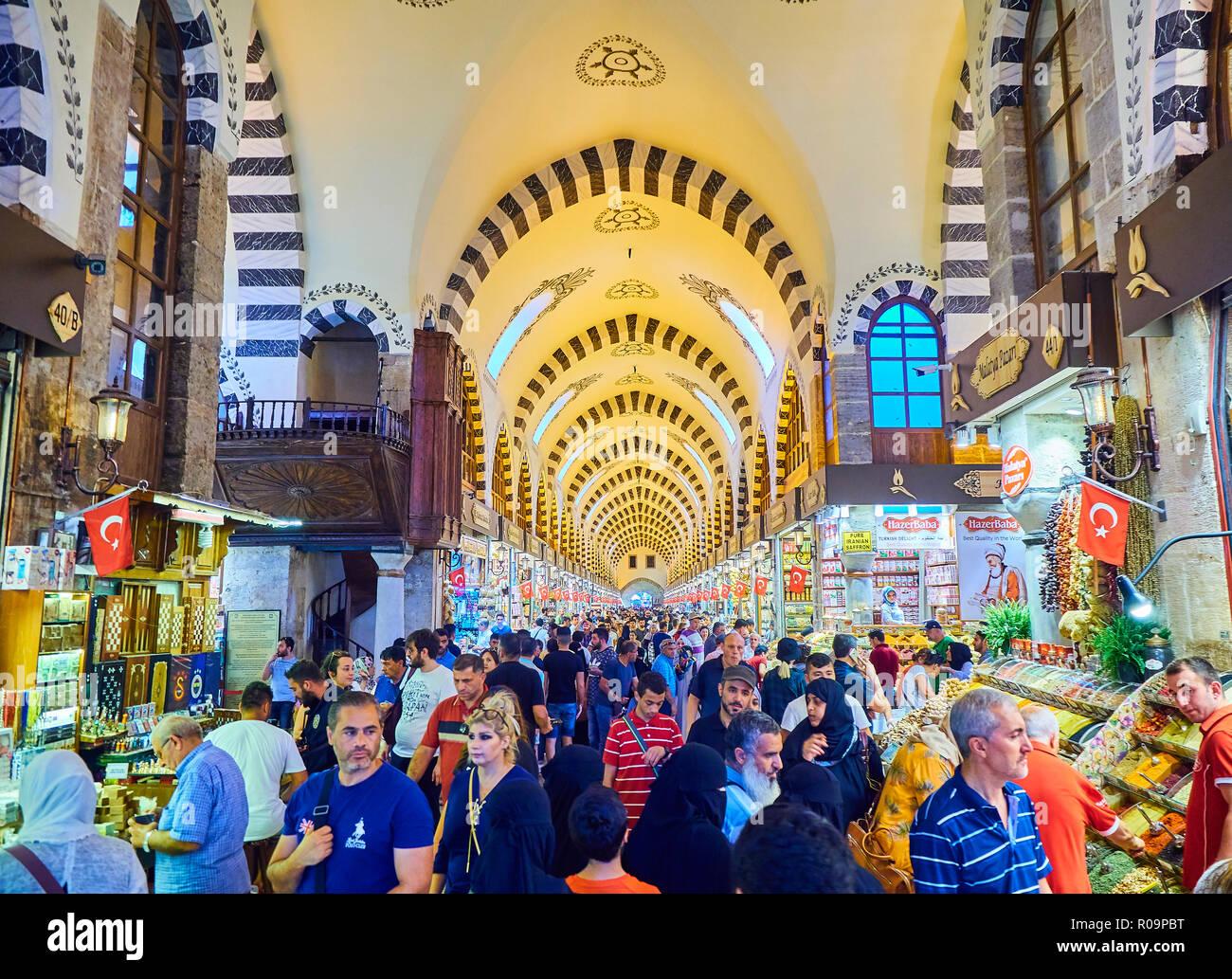 fe0fee2a412c Les touristes à Misir Carsisi, le marché aux épices de district Eminonu,  Istanbul, Turquie.