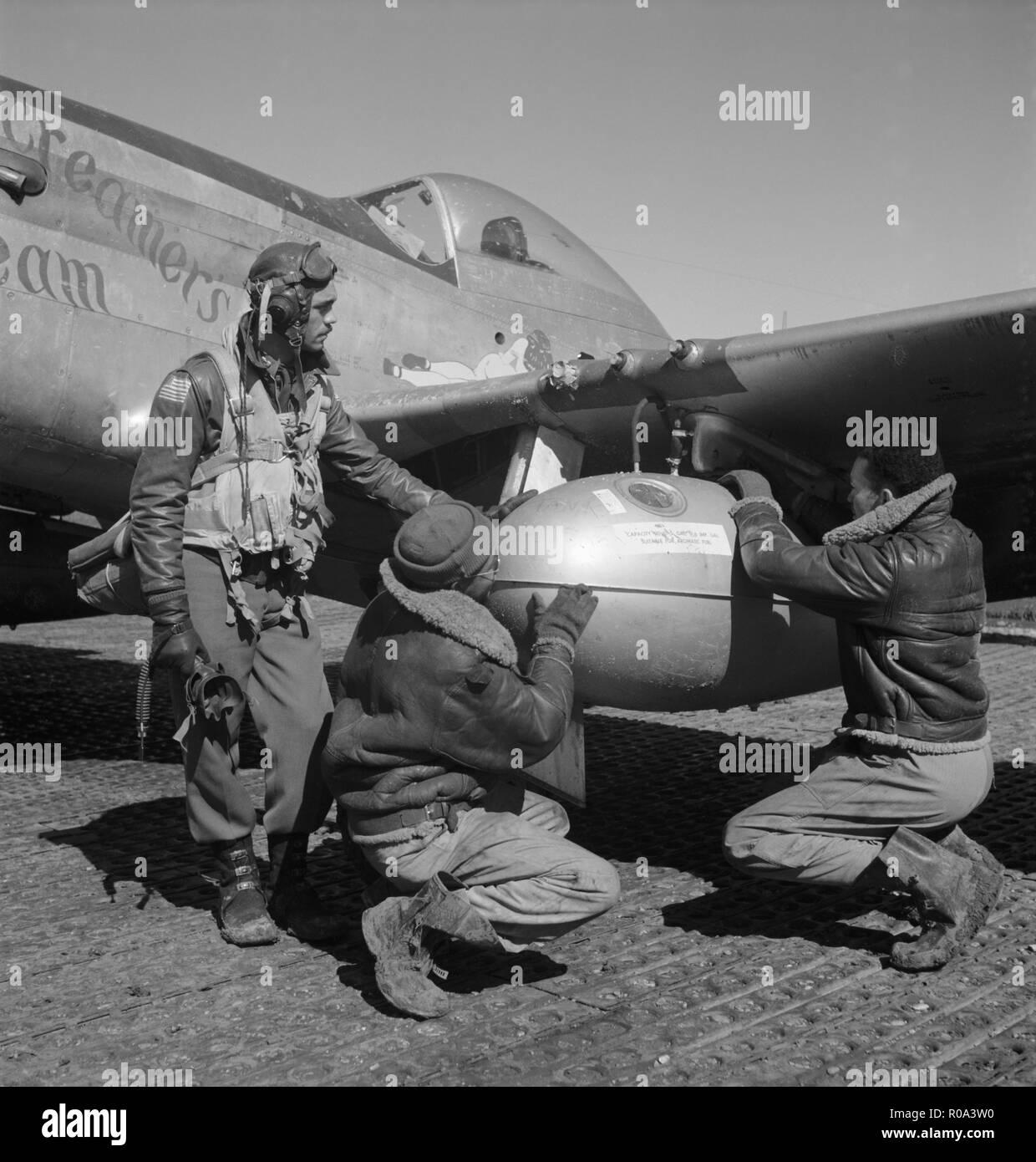 Edward C. Tuskegee airman Gleed, Lawrence, KS, classe 42-K, avec deux membres de l'équipage non identifiés sur le réservoir externe de Réglage Aile Drop d'un P-5/D AVION, Ramitelli, Italie, Toni Frissell, Mars 1945 Photo Stock
