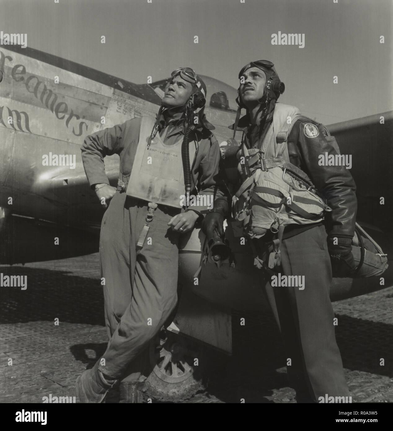 Le colonel Benjamin Tuskegee Airmen, O. Davis, commandant du 332e Groupe de chasse, la classe 42-C (à gauche), Edward C. Gleed, Lawrence, KS, classe 42-K, Groupe chargé des opérations (à droite), Portrait en pied, P-5/D'Avion en arrière-plan, Ramitelli, Italie, Toni Frissell, Mars 1945 Photo Stock