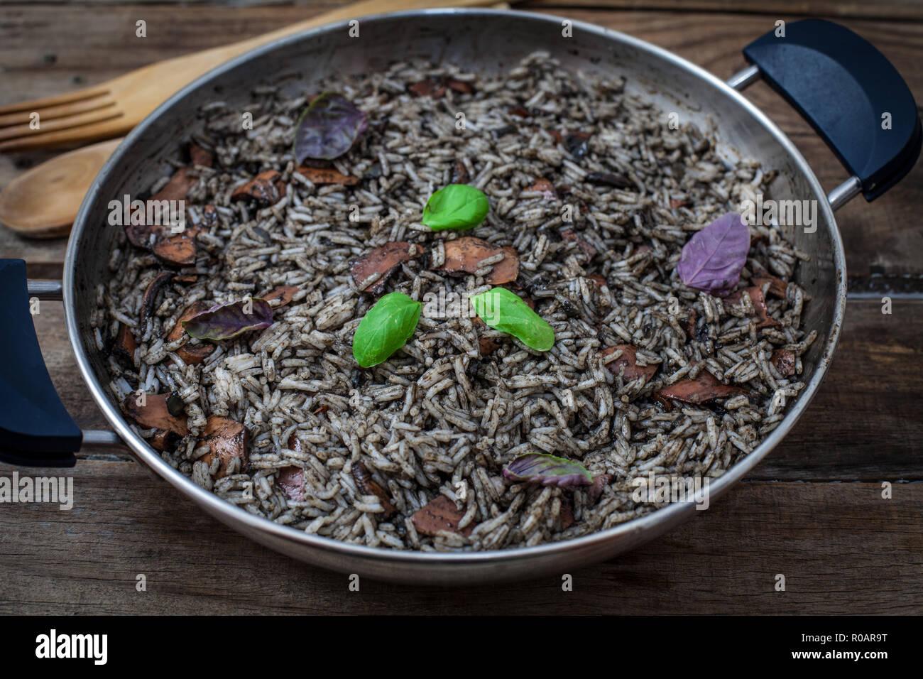 Maison Italienne risotto noir avec squid sur pan Banque D'Images