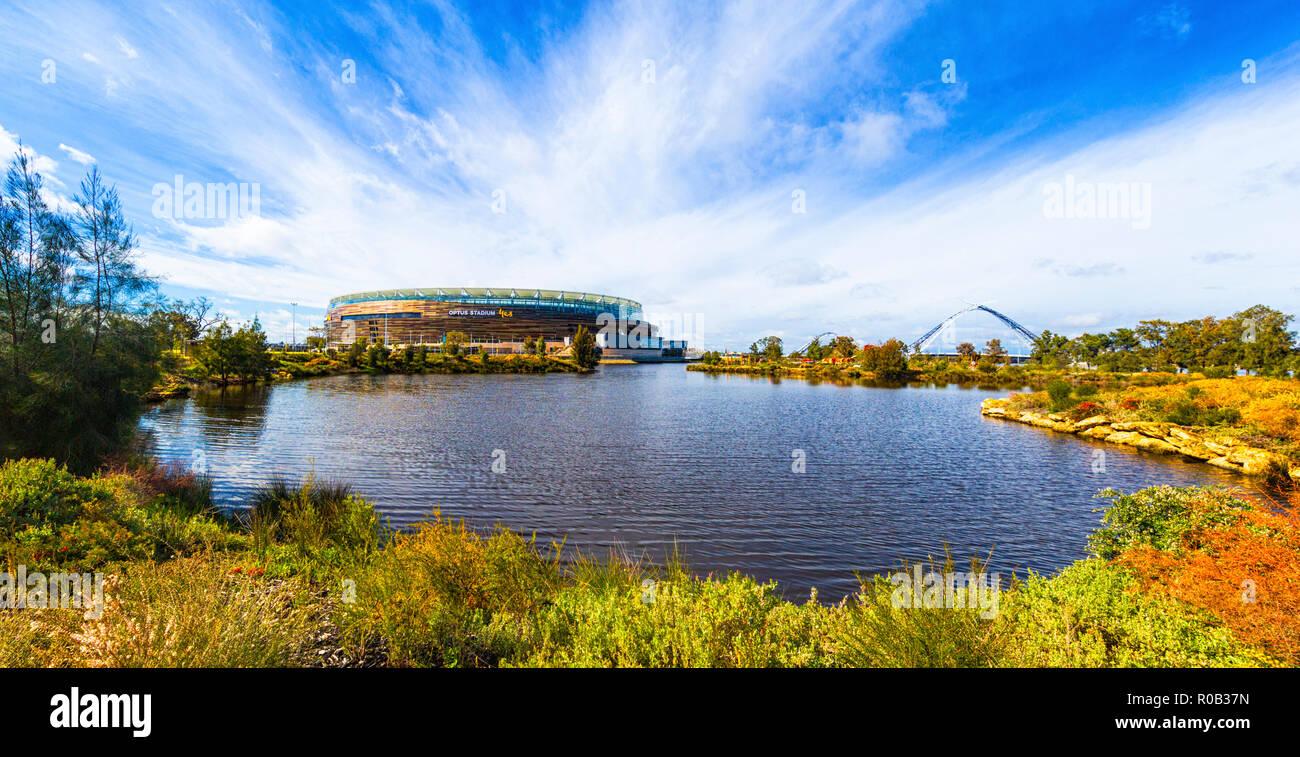 Chevron et un parc de stationnement du stade avec un lac et des plantes indigènes à côté d'Optus Stadium de Burswood Banque D'Images