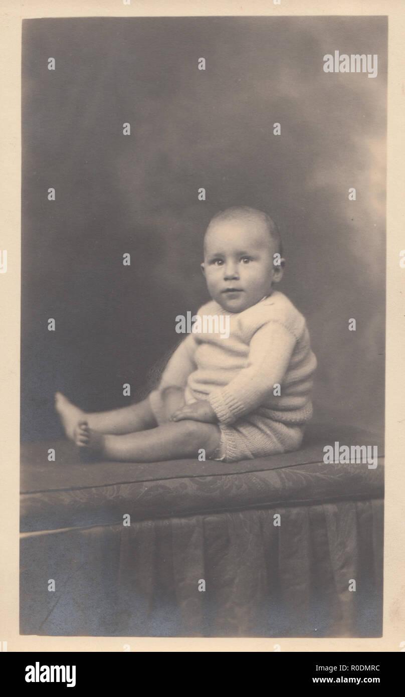 Vintage Studio photographique Portrait Carte Postale d un beau bébé ... d8c5d258490