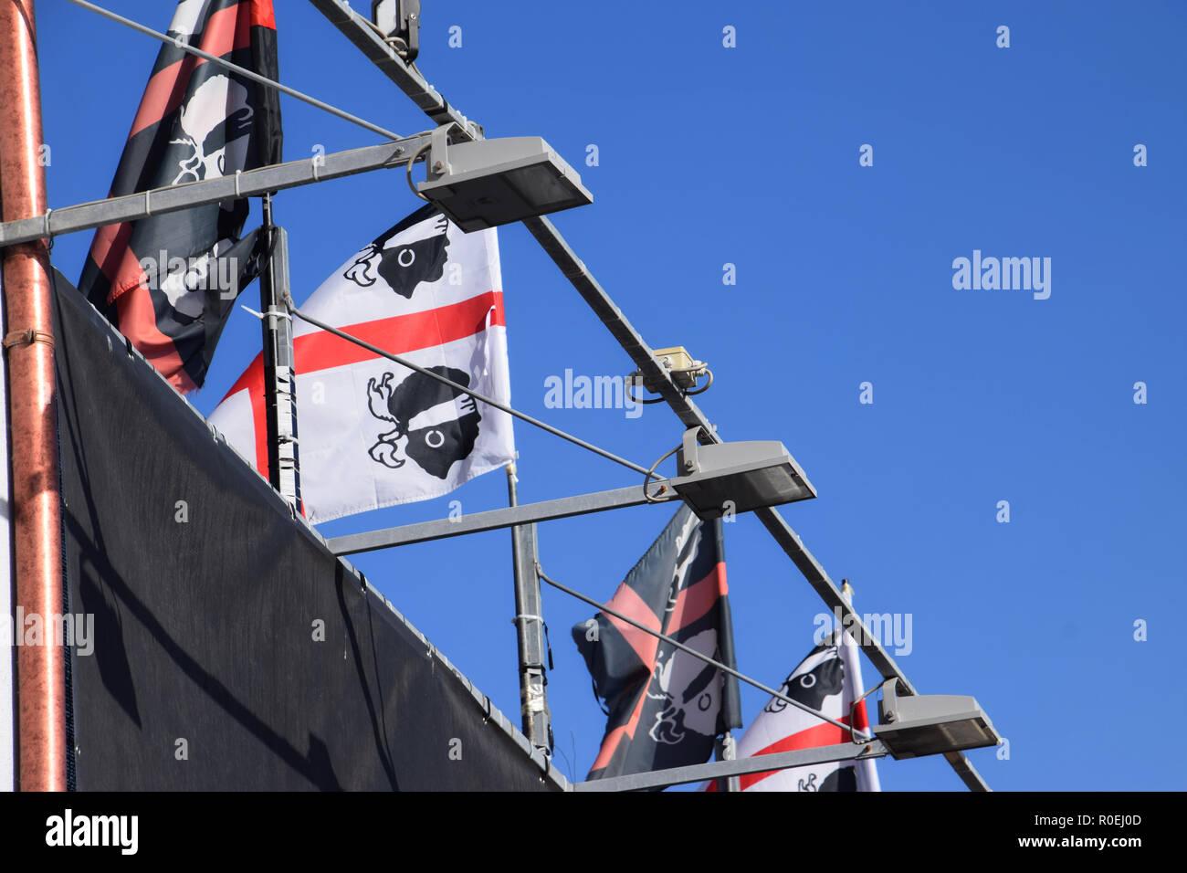 CASTELSARDO, ITALIE - Le 12 septembre 2018: beaucoup de drapeaux de nationalisme sarde en face de ciel clair et bleu profond en été, sarde drapeaux flottant Photo Stock