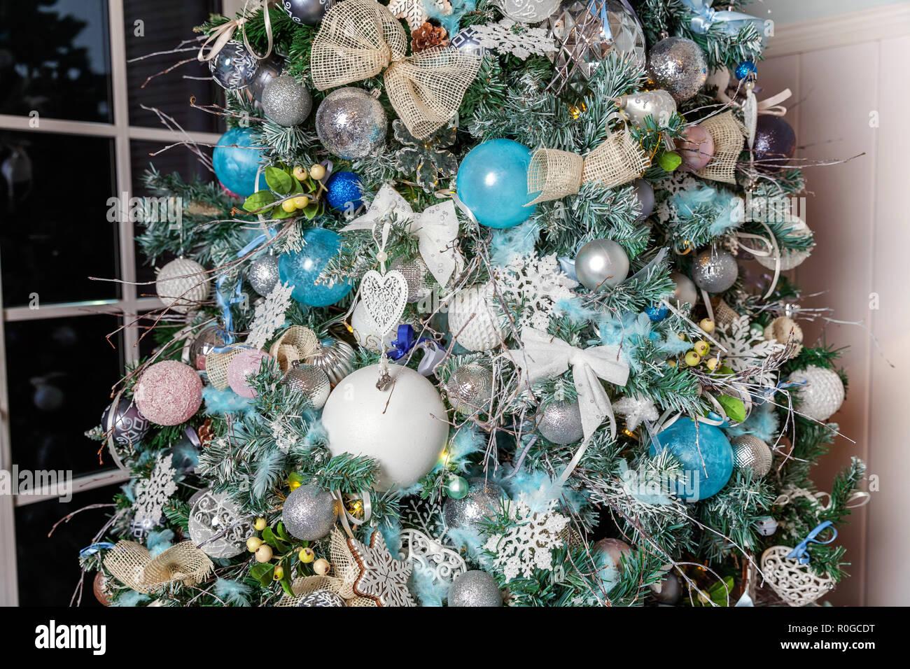 nol dcoration intrieure classique avec nouvel an des arbres arbre de nol avec des dcorations en argent et bote cadeau style classique blanc moderne
