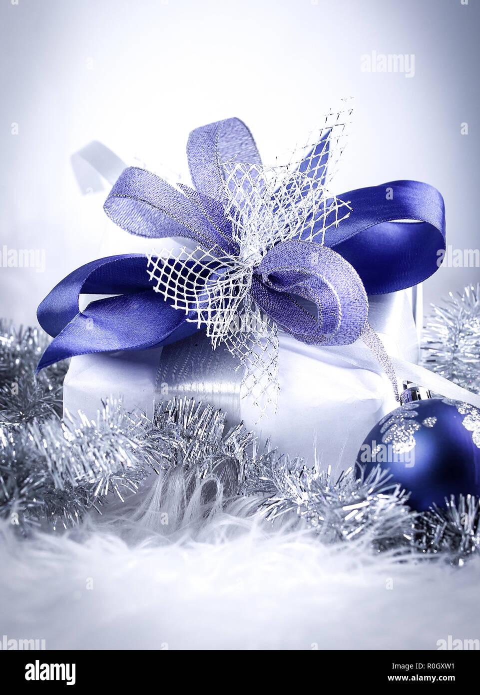 Cadeaux de Noël et des boules de Noël bleu sur blanc retour à la