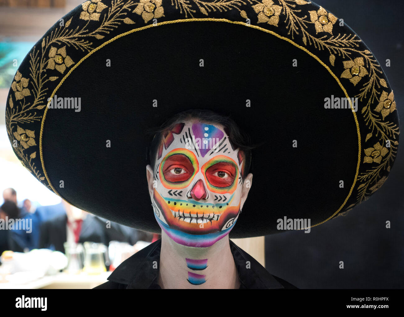 Londres, Royaume-Uni. 5 Nov 2018. Mexican homme habillé pour le 'Jour des Morts au Mexique sur le stand au salon WTM à Excel Centre London UK LE 05/11/2018 Credit : Cabanel/Alamy Live News Banque D'Images