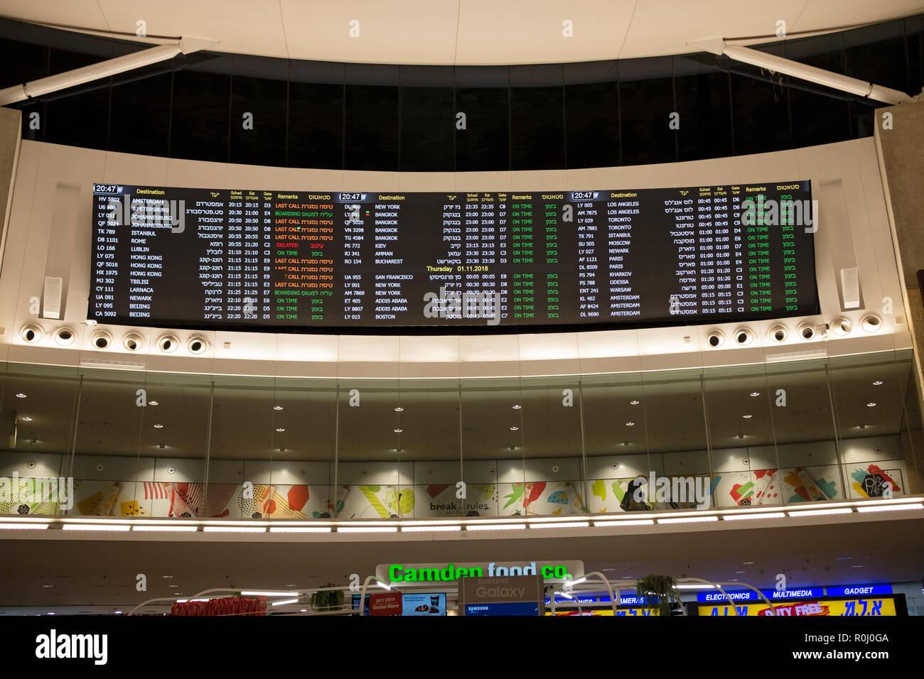 Un signe électronique bilingue à l'aéroport Ben Gourion à Tel Aviv vols annonçant, portes et de départ en hébreu et en anglais.. Photo Stock