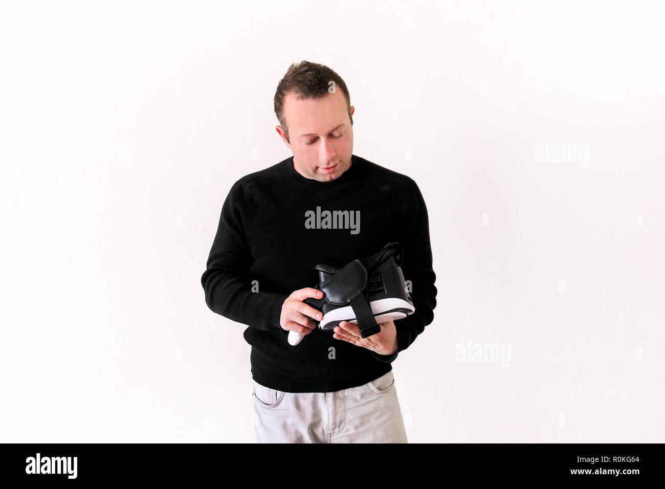 Homme portant application de jeu mobile et de jouer sur l appareil lunettes  de réalité 7a9997b953be