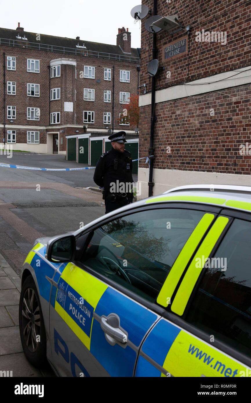 Londres, Royaume-Uni. 6 Nov 2018. La police à l'entrée d'une scène de crime à Greenleaf Fermer dans la Tulse Hill housing estate à Lambeth, où un comme-encore-un-nommé jeune homme de 16 ans a été poignardé dans la soirée du 5 novembre, dans le cadre d'une récente hausse de la criminalité couteau à Londres. Crédit: Anna Watson/Alamy Live News Banque D'Images