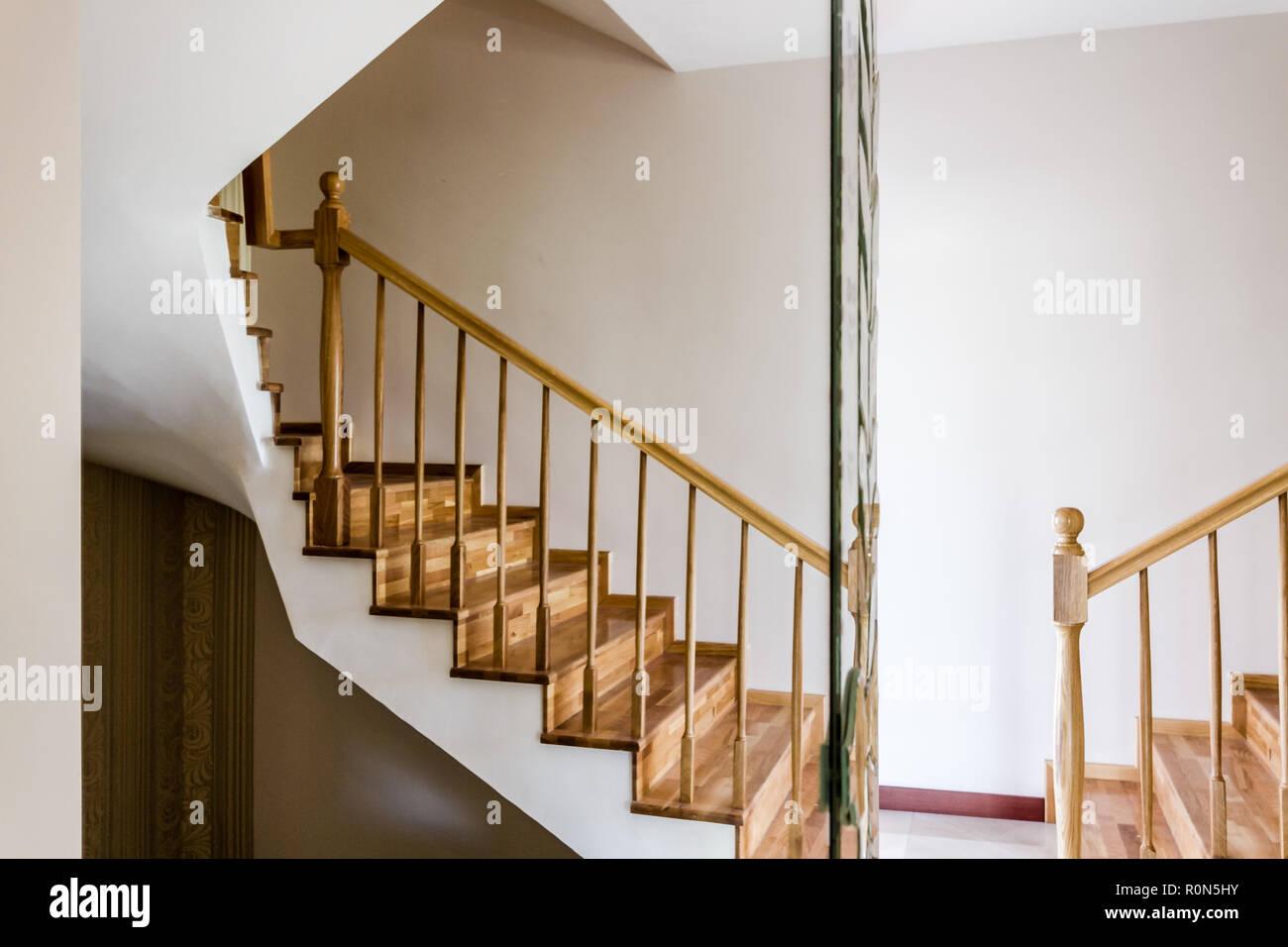 Escalier intérieur en bois de décoration d\'une maison moderne Banque ...