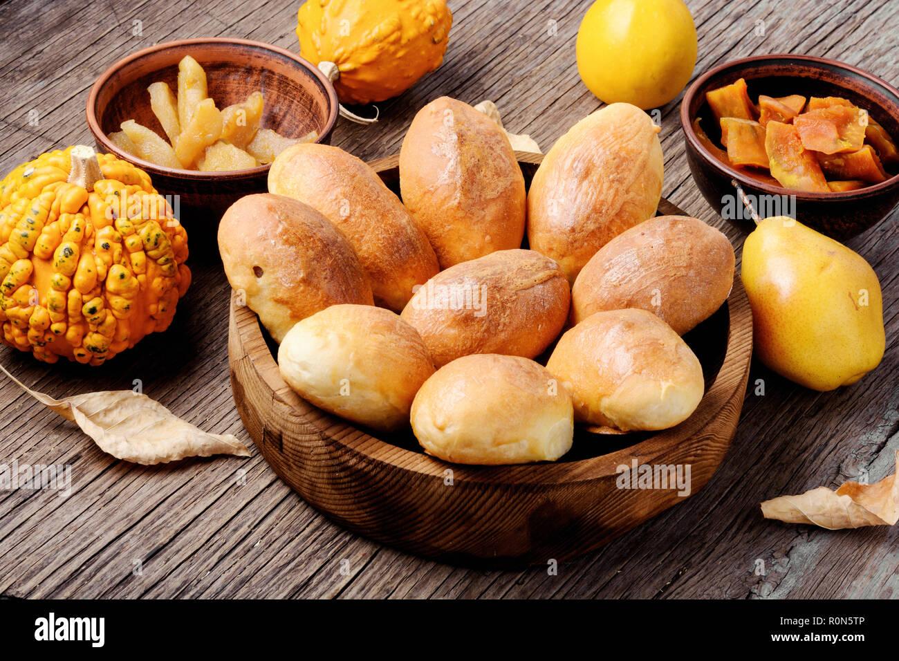 Tartes russes remplis de citrouille et la poire.La cuisine russe Banque D'Images