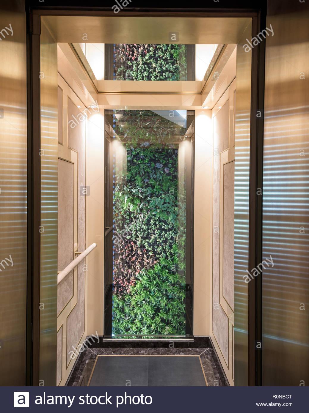 Sol carrelé ouvert ascenseur Photo Stock